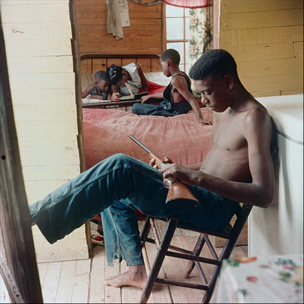 Gordon_Willie_Causey_Jr_com_uma_arma_Shady_Grove_Alabama_1956.jpg