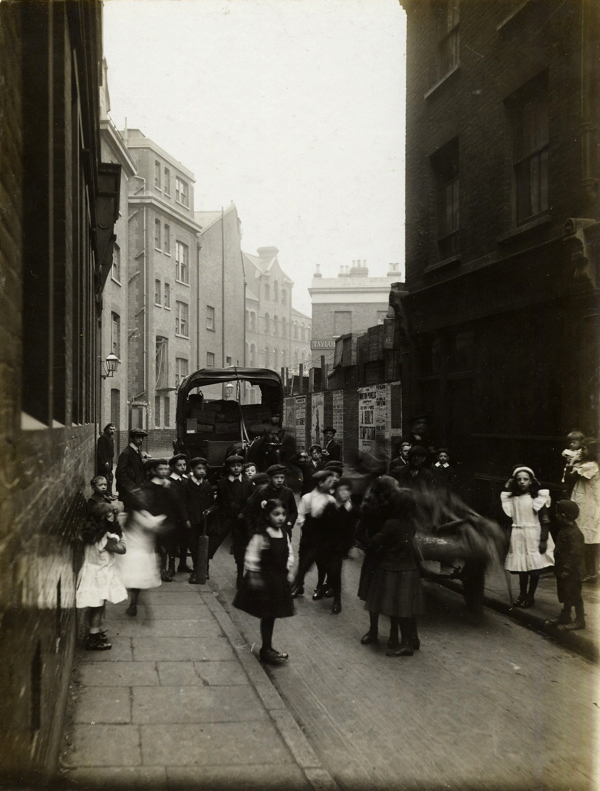 CA_Mathew_Bell_Lane_looking_towards_Crispin_St_Londres_20_Abril_1912.jpg