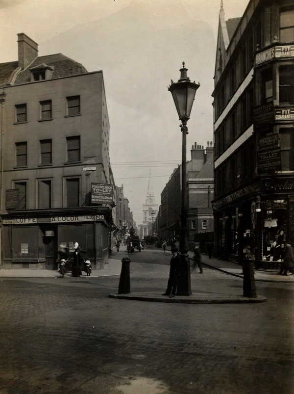 CA_Mathew_Looking down_Brushfield_St_towards_Christ_Church_Spitalfields_Londres_20_Abril_1912.jpg