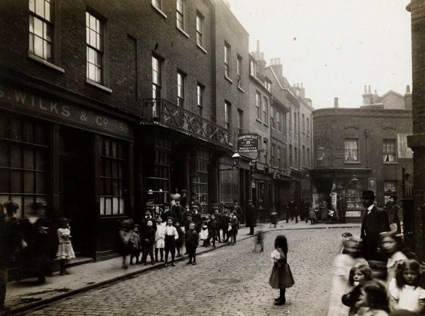 CA_Mathew_Looking_down_Artillery_Lane_towards_Artillery_Passage_Londres_20_Abril_1912.jpg