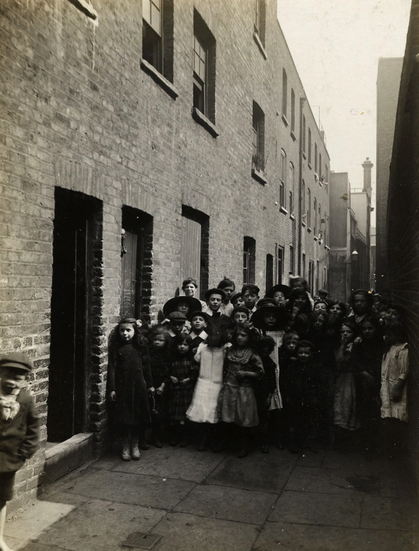 CA_Mathew_Looking_down_Frying_Pan_Alley_towards_Sandys_Row_Londres_20_Abril_1912.jpg