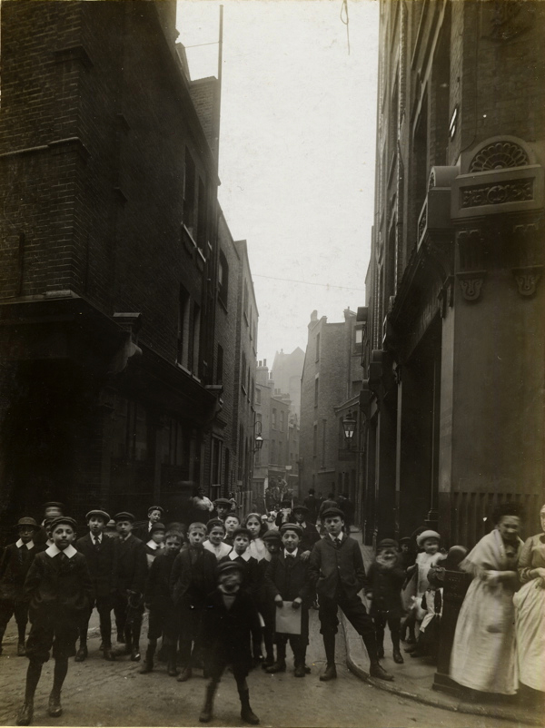 CA_Mathew_Looking_down_Sandys_Row_from_Artillery_Lane_Londres_20_Abril_1912.jpg