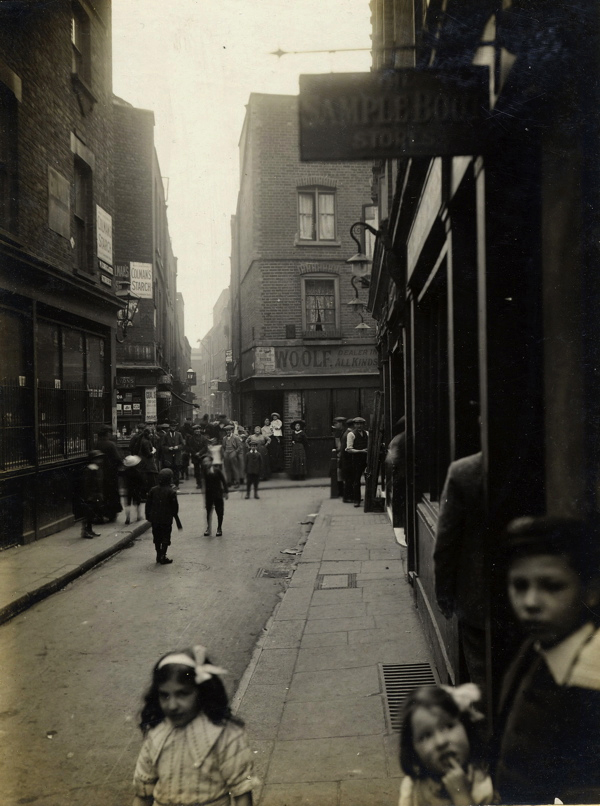 CA_Mathew_Widegate_St_looking_towards_Artillery_Passage_Londres_20_Abril_1912.jpg