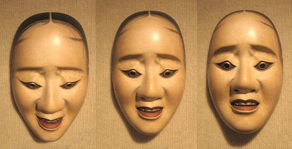 800px-Three_pictures_of_the_same_noh_'hawk_mask'_showing_how_the_expression_changes_with_a_tilting_of_the_head.jpg