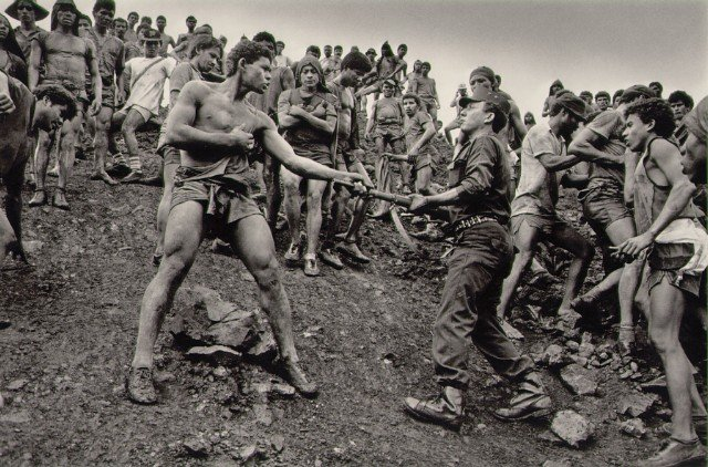 salgado-dispute-between-serra-pelada-gold-mine-workers-and-military-police-brazil-19862.jpg
