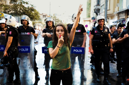 http://lounge.obviousmag.org/com_cafe/2015/08/30/Mihaela%20Noroc_Istambul_Pride%20Parde.jpg