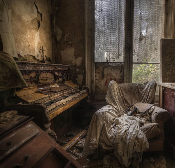 Ghost-house-a-real-creepy-room-in-the-abandoned-manor-house.jpg