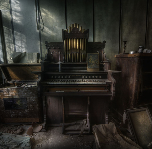 The-Organist-at-an-abandoned-manor-house-a-step-back-in-time.jpg