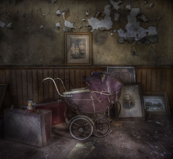 Youre-not-afraid-of-the-dark-are-you-Creepy-carriage-at-spooky-abandoned-manor-house.jpg