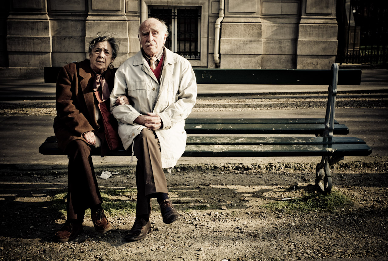 http://lounge.obviousmag.org/insolito/2015/06/12/old%20couple%20bench%20HR.jpg