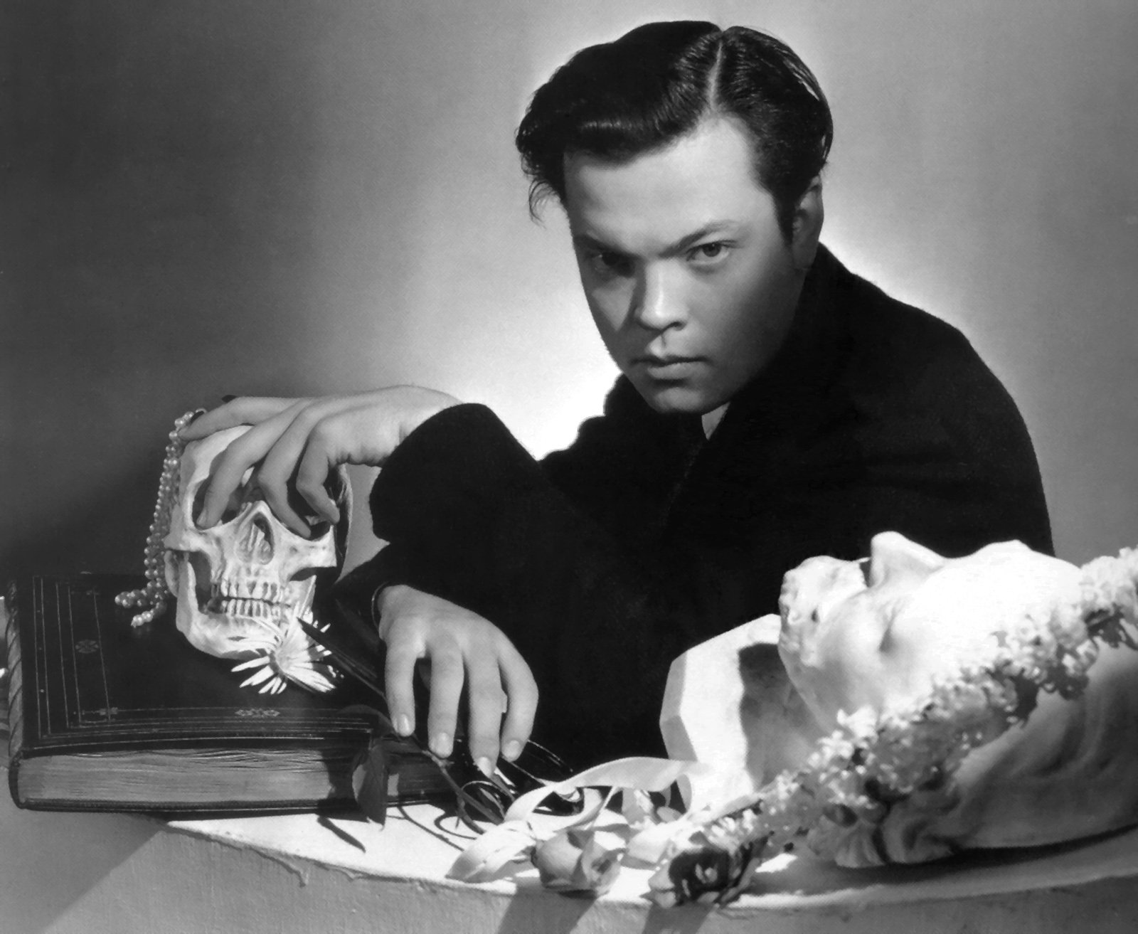 http://lounge.obviousmag.org/isso_compensa/2015/05/08/Orson_Welles_caveira.jpg