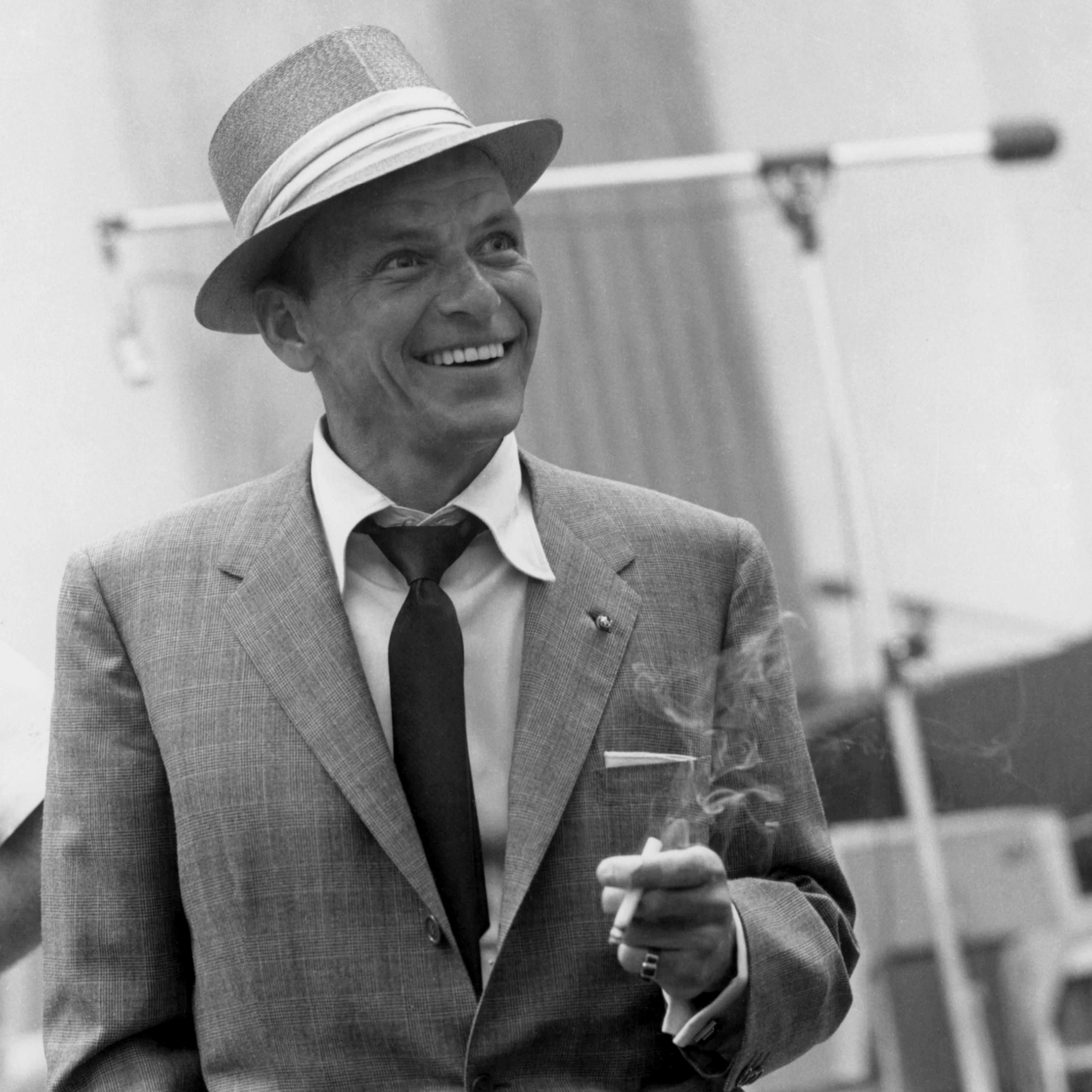 http://lounge.obviousmag.org/isso_compensa/2015/12/14/frank-sinatra_02.jpg