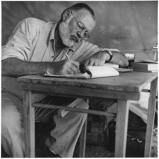http://lounge.obviousmag.org/mixordia/2015/03/12/imagens/50words/512px-Ernest_Hemingway_Writing_at_Campsite_in_Kenya_-_NARA_-_192655.jpg