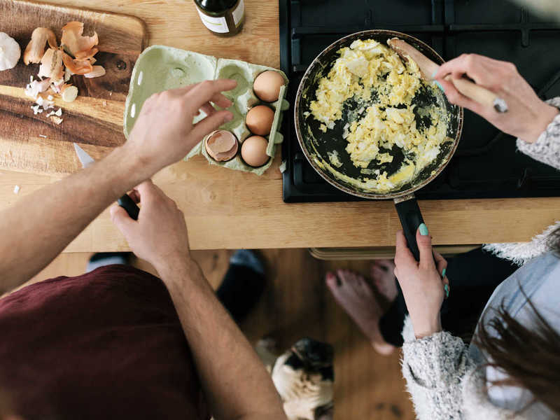 getty-couple-cooking-eggs_0.jpg