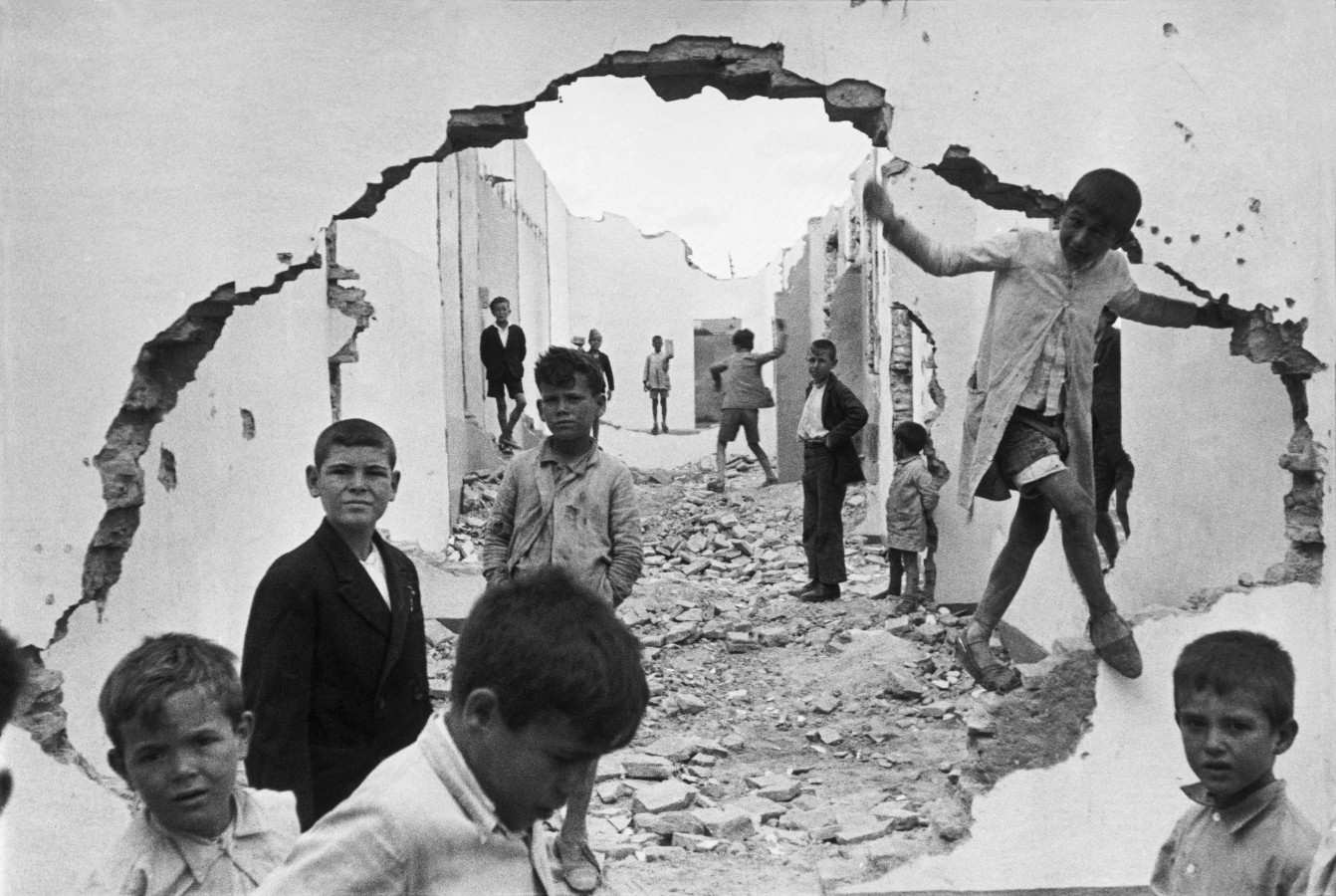 henri-cartier-bresson-hyeres-france-1932-seville-spain-1944-wall-hole-children-playing.jpg