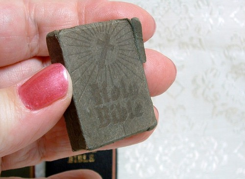 vintage-lot-3-miniature-bibles-holy-bible-the-little-bible-the-wordless-book-09e32f156a04c98157eebe5a43b8ade5.jpg