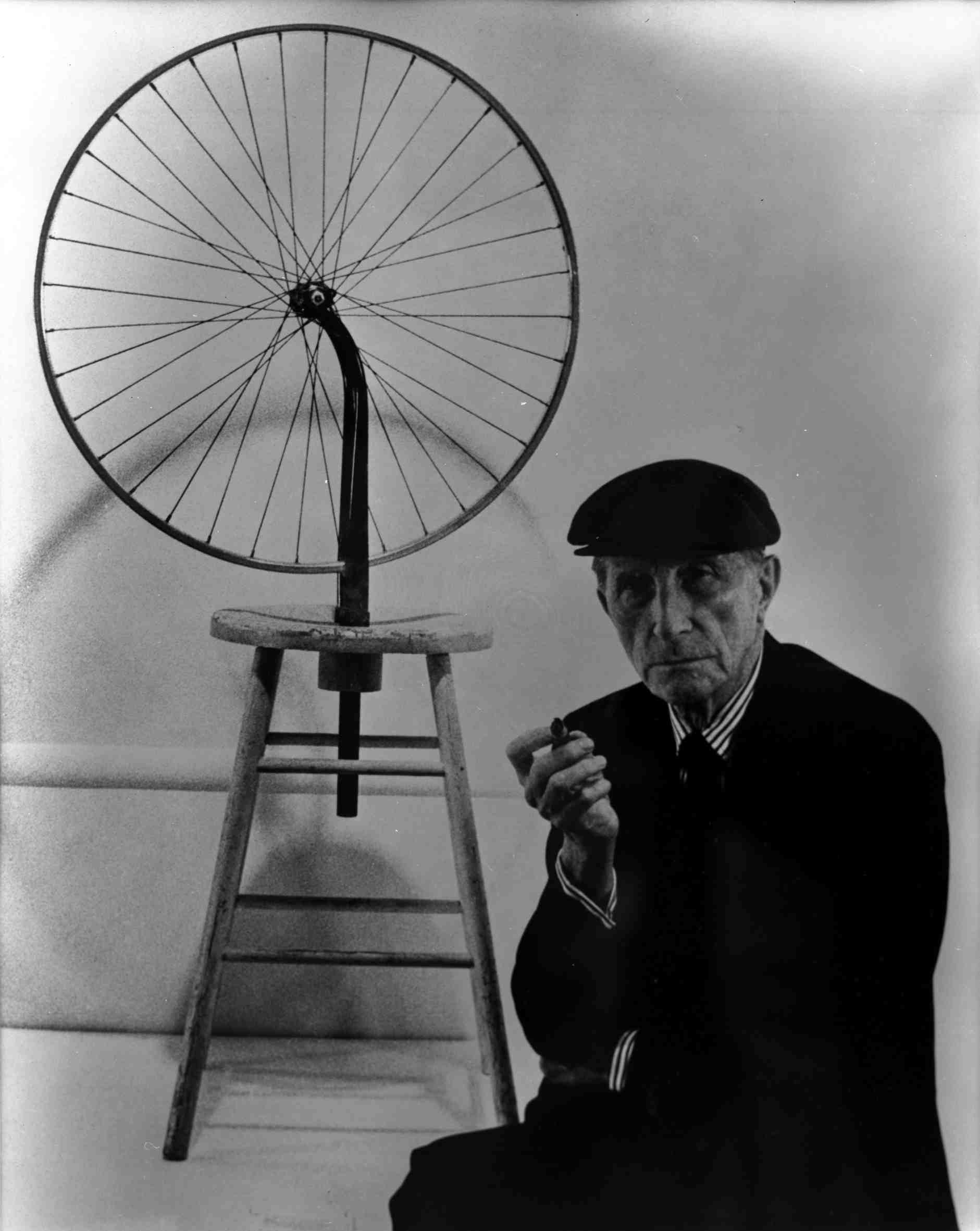 http://lounge.obviousmag.org/pauta_para_o_cha_das_4h/duchamp-with-bicycle-wheel-1913.jpg