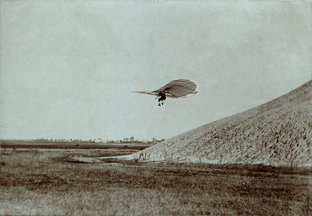 800px-Otto_Lilienthal_gliding_experiment_ppmsca.02546.jpg