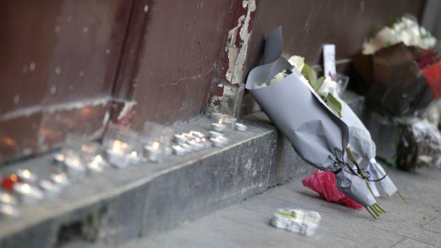 http://lounge.obviousmag.org/recanto_da_desconstrucao/151114095001_paris_attack_flowers_getty_640x360_getty_nocredit.jpg
