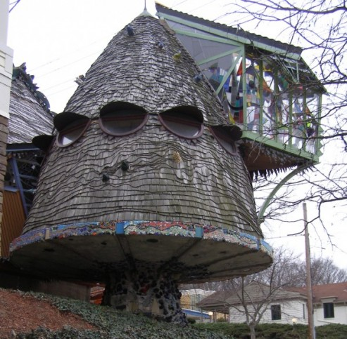 http://lounge.obviousmag.org/so_para_loucos/Mushroom-House-Cincinnati-493x483.jpg