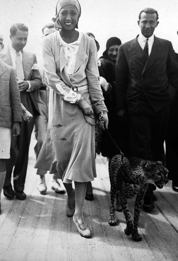 Josephine Baker takes her pet cheetah Chiquita for a walk, 1931.jpg