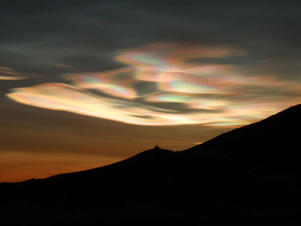 http://lounge.obviousmag.org/universos/2012/07/04/nacreous-clouds-98341292728471lxG.jpeg