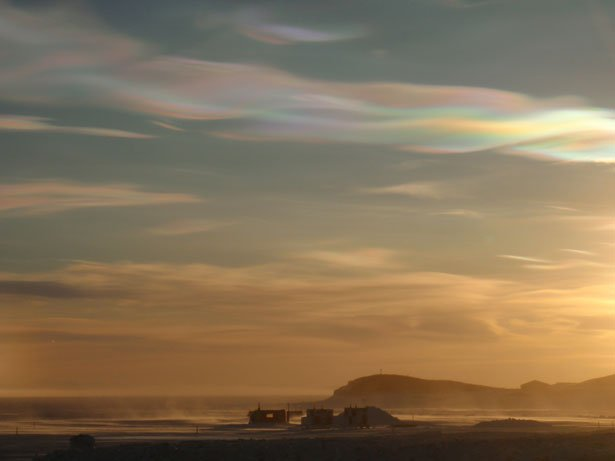 http://lounge.obviousmag.org/universos/2012/07/04/nacreous-clouds-at-hut-point-983412927287260XD.jpeg